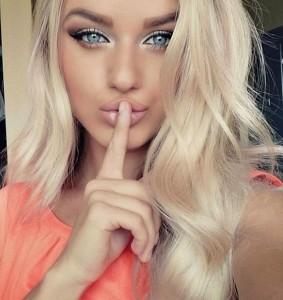 красивая блондинка с макияжем