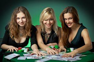 девушки играют в казино